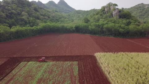vídeos y material grabado en eventos de stock de vista aérea de resolución 4k del campo agrícola de arado tractor - arar