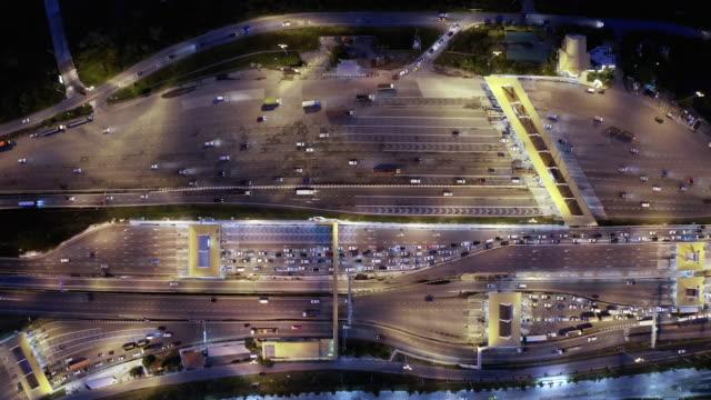 vídeos de stock e filmes b-roll de 4k resolution aerial view traffic transportation at highway toll gate - cabina de portagem