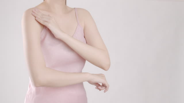 vídeos de stock e filmes b-roll de 4k resolution asian beautiful women suffering from shoulder pain,adult using hand massage to recovery stress tension. health care and sport concept. - dor no pescoço