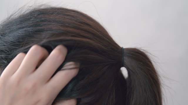 4k resolution asian woman itchy and scratching scalp damaged hair on her head. haircare concept - testa video stock e b–roll