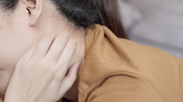 vídeos y material grabado en eventos de stock de 4k resolución mujer asiática usando su mano rascando en su picazón cuello.cuidado de la salud y concepto médico. piel de eccema - mosca insecto