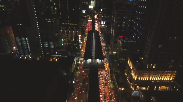 vídeos de stock e filmes b-roll de 4k resolution bangkok aerial view traffic road and sky train station at night - road junction