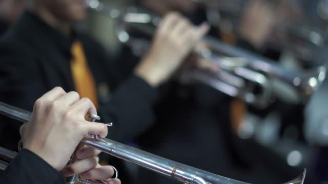 4 k auflösung nahe hand trompete abschnitts im blasorchester - jazz stock-videos und b-roll-filmmaterial
