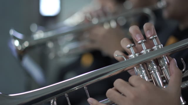 4 k の解像度すぐ吹奏楽のトランペット セクションの手を - 真鋳点の映像素材/bロール