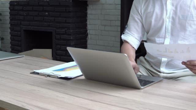 vídeos y material grabado en eventos de stock de 4 resolución de k cerca hombre mercancías casual trabajando en ordenador portátil - table top view