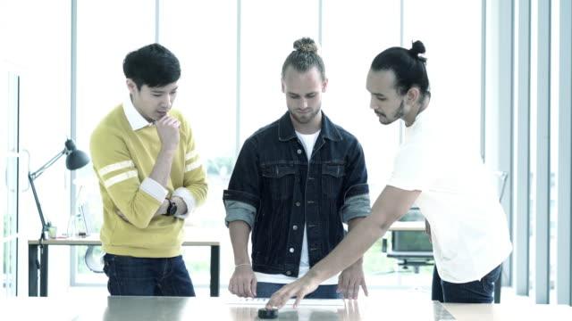 vídeos de stock, filmes e b-roll de equipe 4 reunião da resolução k criativa usando a tecnologia do holograma para novo projeto smartphone no escritório moderno, o conceito de tecnologia de negócios - hologram