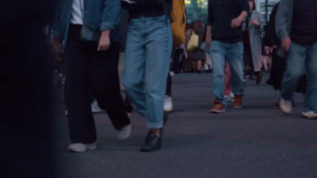 vídeos y material grabado en eventos de stock de resolución 4k cantaba de la vida nocturna de la gente en el cruce de shibuya. coche de tráfico y transporte a través de la intersección - cruce de shibuya