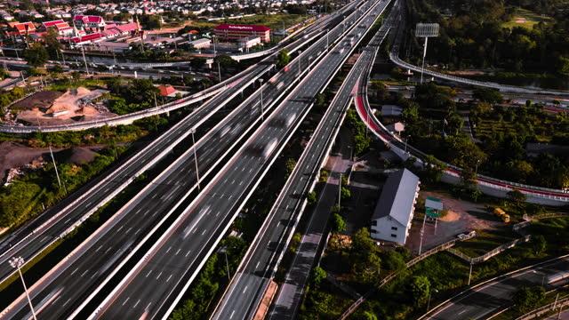 ラッシュアワーに高速道路を走る4k解像度ドローンハイパーラプスビューカー。 - ハイパーラプス点の映像素材/bロール