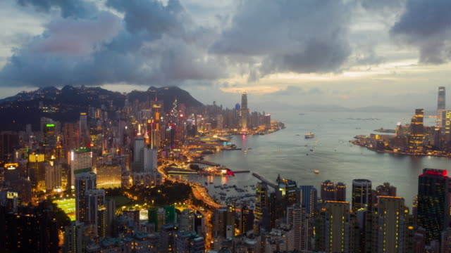 risoluzione 4k drone punto di vista iperlapse della città di hong kong, vista aerea del victoria harbour di notte - global communications video stock e b–roll