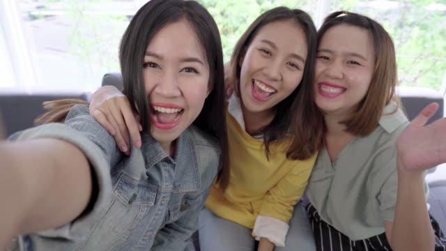 vídeos de stock, filmes e b-roll de 4 grupo de resolução de k de mulheres asiáticas jovens amigos se divertindo olhando e dizer oi para a câmera - atividade móvel