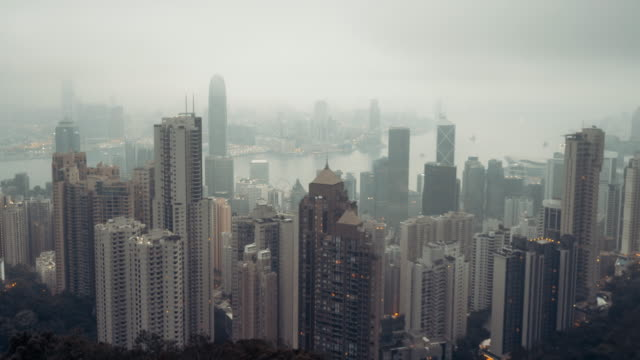 vídeos de stock e filmes b-roll de 4k resolution hongkong cityscape on fog time-lapse - arranha céu