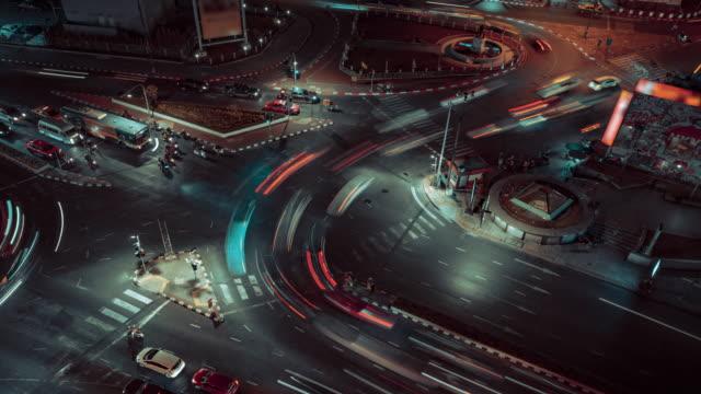 stockvideo's en b-roll-footage met 4 k resolutie tijd vervallen luchtfoto kruising, kruising, kruispunt verkeerslicht avond in bangkok city, de hoofdstad van thailand - dwarsweg