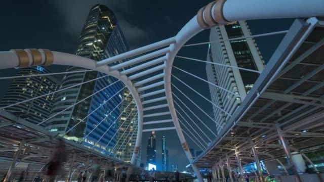 vidéos et rushes de résolution 4k time lapse foule et ville la nuit à bangkok en thaïlande - vue en contre plongée