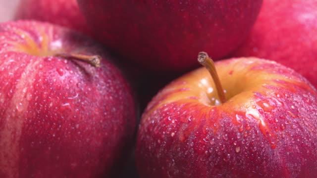 vidéos et rushes de 4k rotation d'apple avec la rosée de l'eau. - pomme