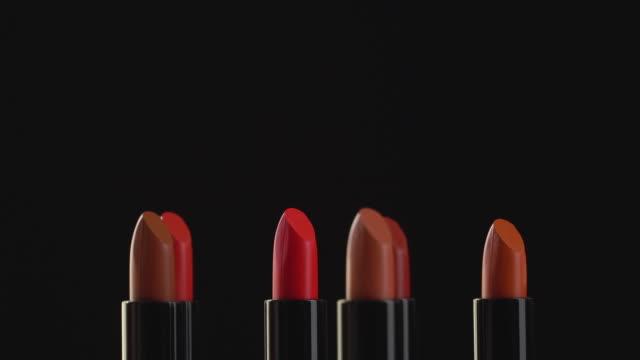 4 k-rotation der lippenstift-kollektion. - weibliche figur stock-videos und b-roll-filmmaterial