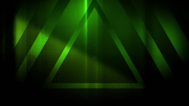 4k seamless muster von hoch kontrastierten bizarren und gruseligen grünen dreiecken endlosen tunnelhintergrund video - dreieck stock-videos und b-roll-filmmaterial