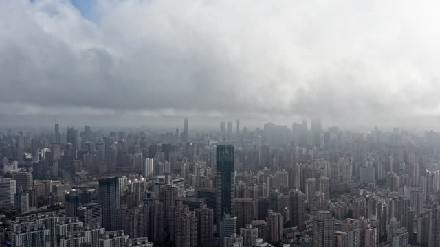 vídeos de stock, filmes e b-roll de 4k : shanghai financial district in fog - grande angular