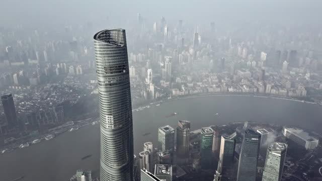 4k : shanghai financial district in fog - wahrzeichen stock-videos und b-roll-filmmaterial