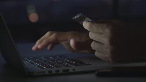 stockvideo's en b-roll-footage met 4k online winkelen in de nachttijd. - online winkelen