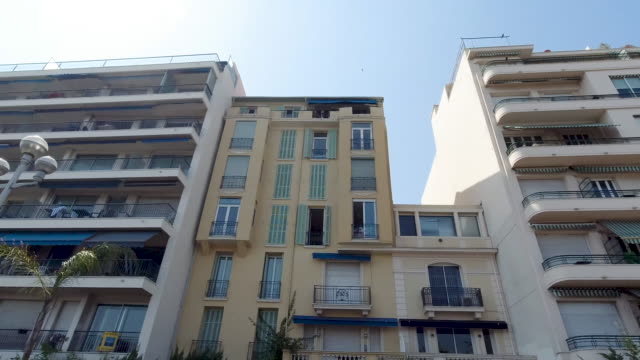 vidéos et rushes de 4k shot of beach front hotels, apartments and houses on the promenade des anglais waterfront nice, france on a bright summer warm day. - neuf