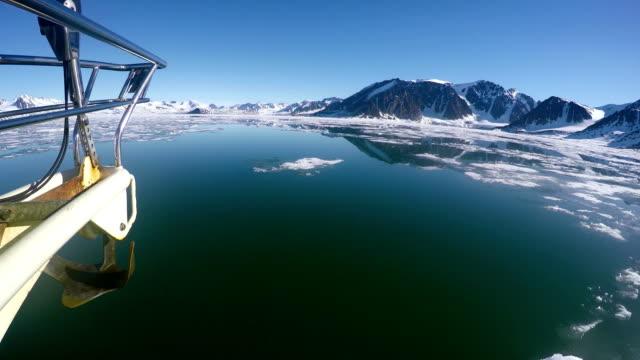 vidéos et rushes de 4k: tir de voilier dans la mer du nord, svalbard - grandiose
