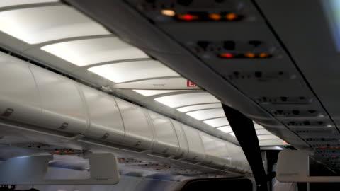 vídeos y material grabado en eventos de stock de 4k slow motion close up of visible white coloured air or gas coming from the aeroplanes ventilation system during flight. likely over powered air conditioning - mensaje de error