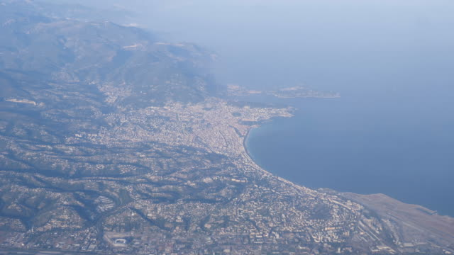 vidéos et rushes de 4k slow motion view looking down at the city, coastline beach and airport in nice, france from the aeroplane window. showing the whole city from 10,000 ft on a bright summer warm day. - culture française