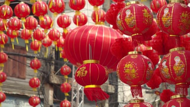 4k langsamung. chinesische laternen und drachen tanzen am chinesischen neujahr. - tempel stock-videos und b-roll-filmmaterial