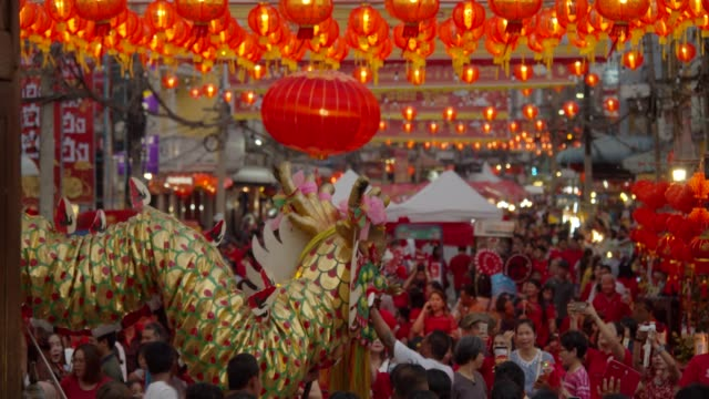 vídeos de stock e filmes b-roll de 4k slowmotion.chinese lanterns and dragon dance on chinese new year. - ano novo chinês