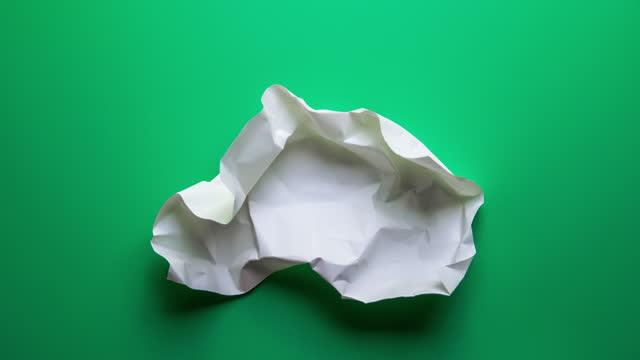vidéos et rushes de 4k : arrêtez les rides de papier d'animation de mouvement faisant une boule de papier sur le fond vert - en papier