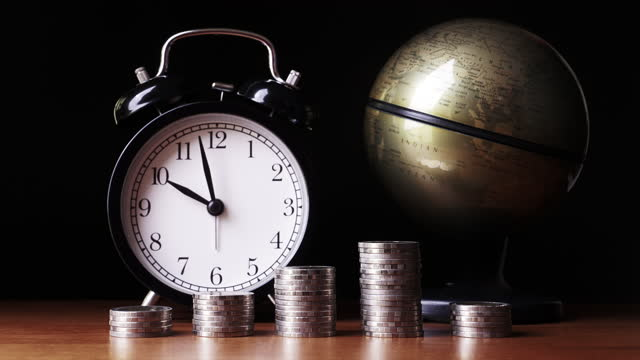 vídeos y material grabado en eventos de stock de 4k : stop motion time is money concept - ganar dinero