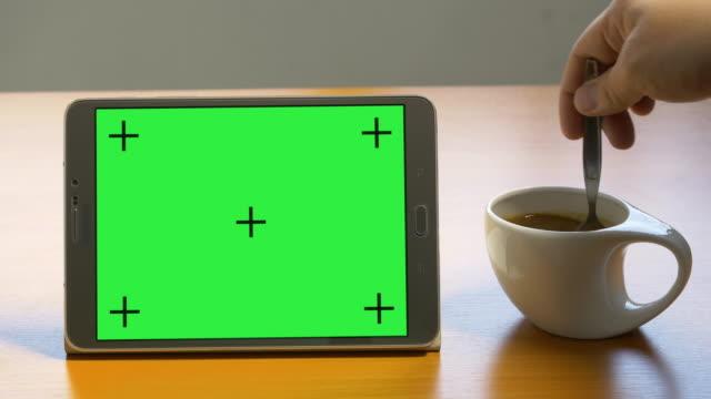 vidéos et rushes de 4 k : tablette avec écran vert - couverture de livre