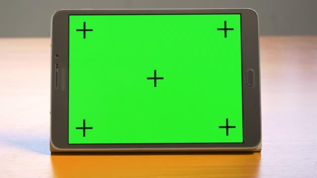 stockvideo's en b-roll-footage met 4k: tablet met groen scherm - tablet pc