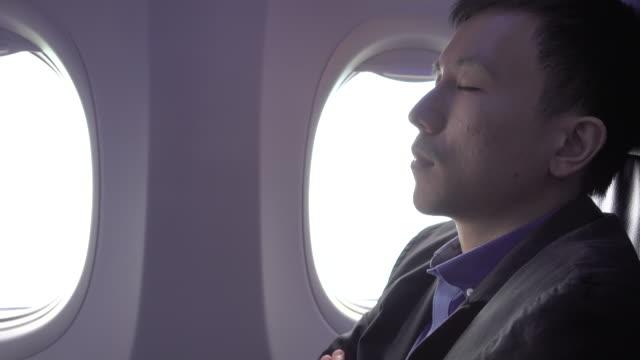 4 k: 飛行機の中で仮眠を取る - 出張点の映像素材/bロール