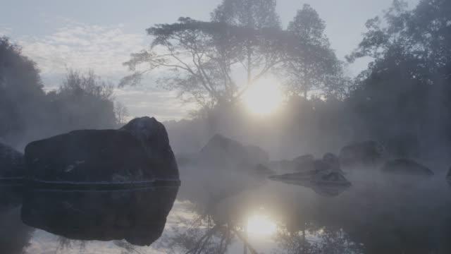 vidéos et rushes de 4k, l'eau de la source chaude de thaïlande au lever du soleil - tourisme