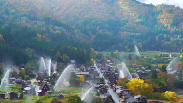 vídeos y material grabado en eventos de stock de 4k bajarla: descarga agua perfore en shirakawago, gifu, japón. - equipos de riego
