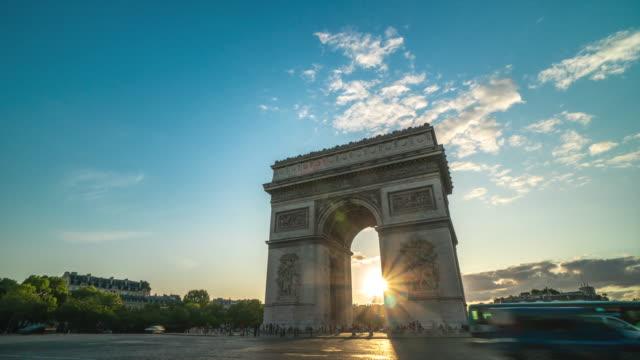 vidéos et rushes de 4k lapes de temps : champs-elysées au coucher du soleil dans la ville de paris, france - ensoleillé