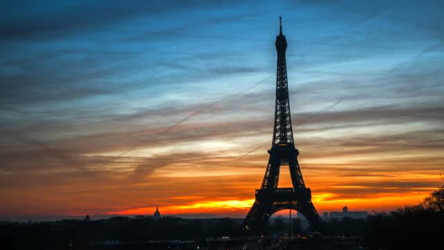 4kタイムラップ:冬の日の出にエッフェル塔、パリ、フランス - 世界的な名所点の映像素材/bロール