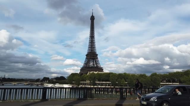 vidéos et rushes de 4k lapes de temps : tour eiffel à paris, france - eco tourism