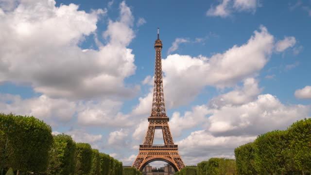 4k タイムラップ : フランス・パリのエッフェル塔 - eco tourism点の映像素材/bロール
