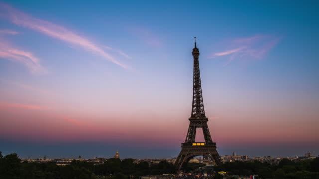 4k time lapes : eiffel tower in paris, france - eiffel tower paris stock videos & royalty-free footage