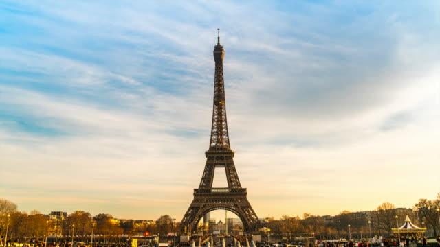 vidéos et rushes de 4k lapes de temps : tour eiffel en hiver, paris, france - eco tourism