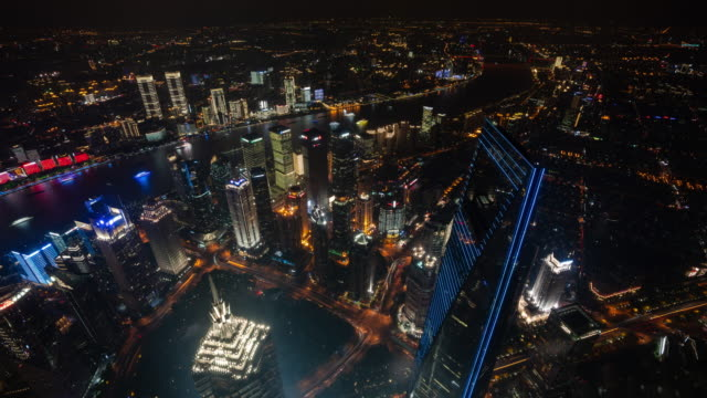 stockvideo's en b-roll-footage met 4k time lapse: panoramisch uitzicht op de skyline van de stad shanghai met verlichte wolkenkrabber lichtshow en verkeer 's nachts, china. - stadsdeel