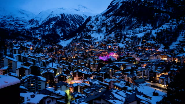 4k time lapse : aerial view on zermatt village and matterhorn peak, switzerland - stazione sciistica video stock e b–roll