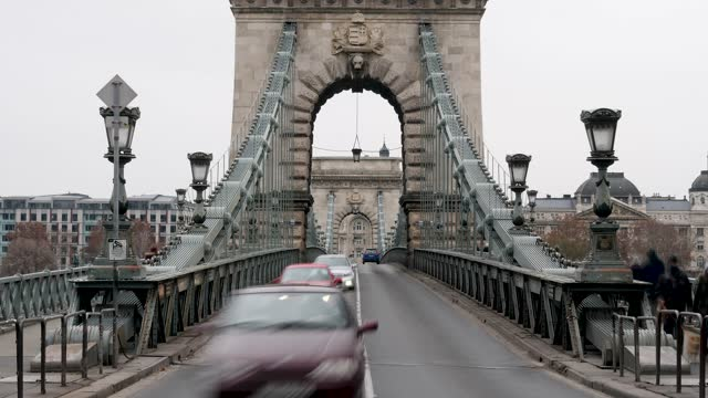 4k time lapse city traffic on the danube river and chain bridge during rush hour in budapest in hungary - ungarn stock-videos und b-roll-filmmaterial