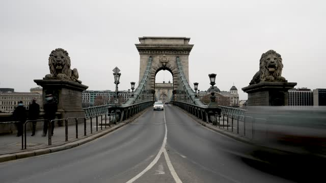 4k time lapse city traffic on the danube river and chain bridge during rush hour in budapest in hungary - széchenyi chain bridge stock videos & royalty-free footage