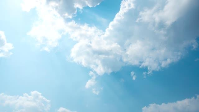 vídeos de stock e filmes b-roll de 4k time lapse clear sky background - claraboia