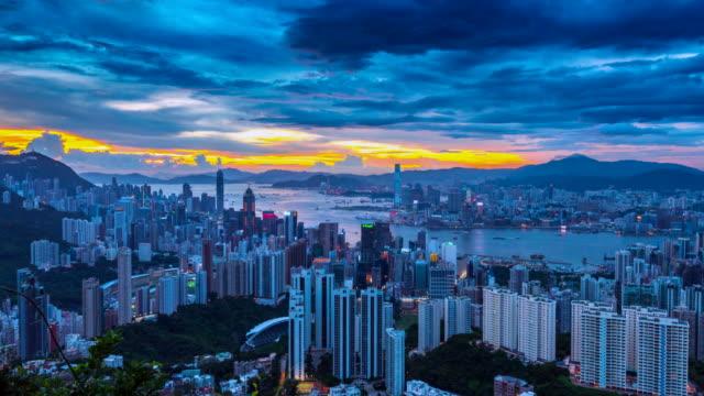 stockvideo's en b-roll-footage met 4 k time-lapse dag naar nacht scène van hongkong skyline, uitzicht vanaf jardine's lookout, hongkong - verwonderingsdrang
