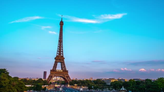 vidéos et rushes de 4k time lapse : tour eiffel à paris, france - eco tourism