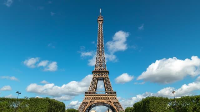 stockvideo's en b-roll-footage met 4k time lapse : eiffeltoren in parijs, frankrijk - eco tourism